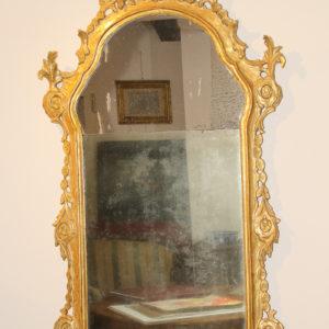 Elegante specchiera con cornice decorata da medaglioni all'antica